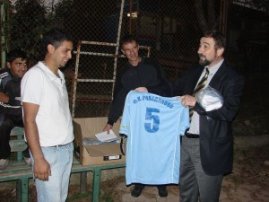 Константин Гребенаров дари футболни екипи на отбора на село Равадиново 1