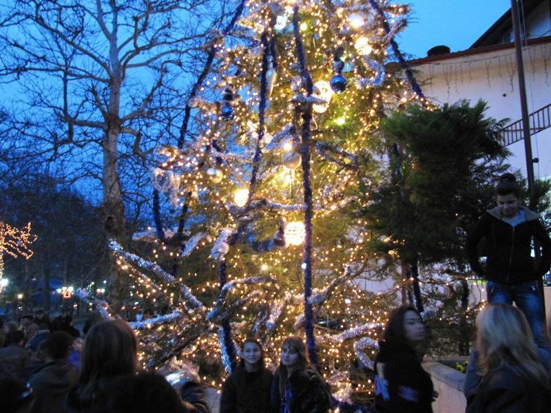 Със запалването на коледната елха в Созопол стартираха новогодишните празници