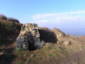 """На нос Скамни откриха стъкленица, зазидана в стените на средновековния манастир """"Свети Апостоли"""" 2"""