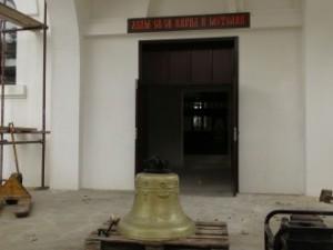 """Монтираха 300 килограмовата бронзова камбана на храма """"Св.Св.Кирил и Методий"""" в Созопол 3"""