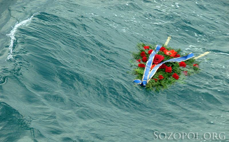 На Никулден в морето се хвърлят венци в памет на загиналите моряци