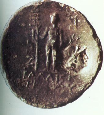 """Бронзова монета на Аполония с изображение на статуята на Аполон Лечител, открита при разкопки на тракийската крепост """"Малкото кале"""" край Равадиново (гръб)."""