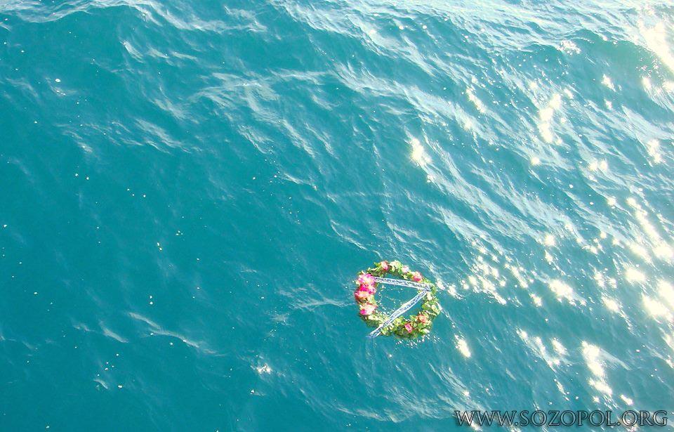 Цветя и венци в морето на Никулден 2013